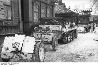Imagine atasata: Bundesarchiv_Bild_101I-268-0176-29,_Russland,_Kettenfahrzeug_mit_Anhänger.jpg