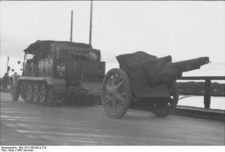 Imagine atasata: Bundesarchiv_Bild_101I-208-0014-17A,_Russland-Nord,_Zugkraftwagen_mit_Geschütz_auf_Brücke.jpg