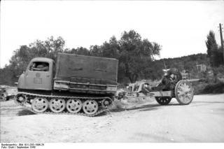 Imagine atasata: Bundesarchiv_Bild_101I-203-1696-25,_Albanien,_Raupenschlepper_Ost_mit_Kanone.jpg
