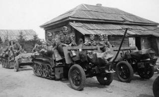 Imagine atasata: Sd.Kfz. 2 Kettenkraftrad & 10,5 cm Leichtgeschutz 40, 001.jpg