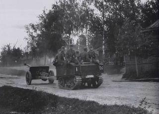 Imagine atasata: Gepanzerter Vollkettenschlepper Vickers-Armstrong VA601 (b) & 7,5 cm PAK 41, 131. Inf.Div., 001.jpg