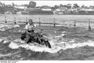 Imagine atasata: Bundesarchiv_Bild_101I-187-0228-38,_Russland,_Luftwaffensoldat_auf_BMW-Krad.jpg