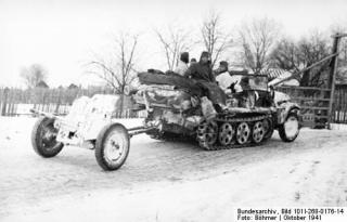 Imagine atasata: sd-kfz-10-halftrack-tows-37mm-pak-antitank-gun.jpg