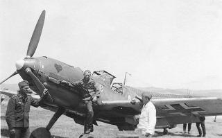 Imagine atasata: Messerschmitt-Bf-109E7B-7.JG26-(W12+I)-WNr-3826-with-ground-crew-Gela-Sicily-1941-02.jpg