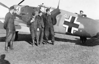 Imagine atasata: Messerschmitt-Bf-109E3-5.JG52-Red-1-Oblt.-August-Wilhelm-Schumann-based-in-Mannheim-Sandhofen-Nov-Dec-1939-01.jpg