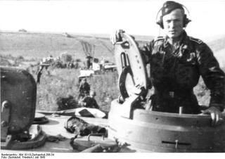 Imagine atasata: Bundesarchiv_Bild_101III_Zschaeckel_206_34__Schlacht_um_Kursk__Panzer_VI__Tiger_I_.jpg