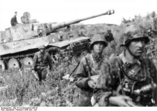 Imagine atasata: Bundesarchiv_Bild_101III_Zschaeckel_206_35__Schlacht_um_Kursk__Panzer_VI__Tiger_I_.jpg