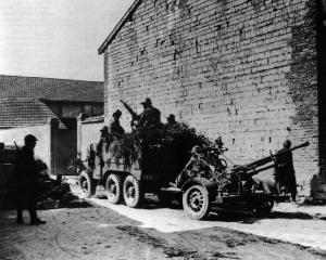 Imagine atasata: Laffly W 15 T & 25 mm Hotchkiss AA Gun, 001.jpg